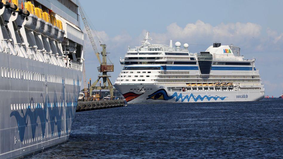 """Aida-Schiffe """"Aidablu"""" (rechts) und """"Aidamar"""" warten im Rostocker Hafen auf Freigabe zum Neustart der Saison"""