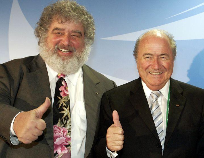 """Ein Foto aus besseren Zeiten: Charles """"Chuck"""" Blazer mit Ex-Fifa-Boss Sepp Blatter"""