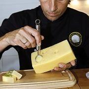 So kommen die Löcher in den Käse: Wenn nicht genügend natürliche Blasen da sind, hilft der Foodstylist nach