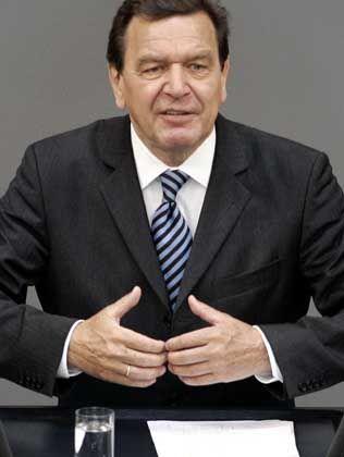 Gerhard Schröder (61) ist Sozialdemokrat und muss deshalb damit leben, dass ihn die meisten Topmanager nie wählen werden. Trotzdem trifft der Bundeskanzler, der sich im Herbst erneut zur Wahl stellt, viel lieber Konzernchefs als sein Vorgänger Kohl, weniger gern Verbandsfunktionäre. Mit größeren Gruppen tafelt er gern an einem Tisch im 8. Stock des Kanzleramtes. CEOs erleben Schröder häufig interessiert und kenntnisreich. Gelernt hat er inzwischen, dass Hauruck-Aktionen à la Holzmann der falsche Weg zur Sanierung Deutschlands sind, genauso wie Bündnisse für Arbeit. Schade nur, dass Schröder den richtigen Weg noch nicht kennt.
