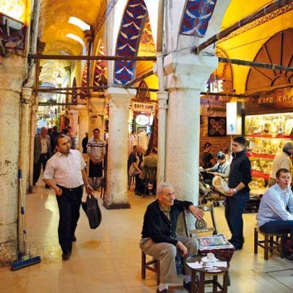 Einkaufsparadies: Ob Essen, Kleider, Scmuck oder Café - im Großen Basar in Istanbul gibt es alles