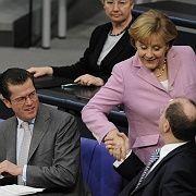 Dienstherren und -damen: Die Mitglieder des Lenkungsausschusses arbeiten auf Weisung ihrer Chefs, im Bild Wirtschaftsminister zu Guttenberg, Kanzlerin Merkel und Finanzminister Steinbrück (r.)