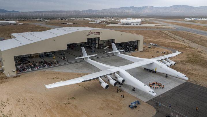 Stratolaunch: Paul Allens Riesenflugzeug verlässt den Hangar