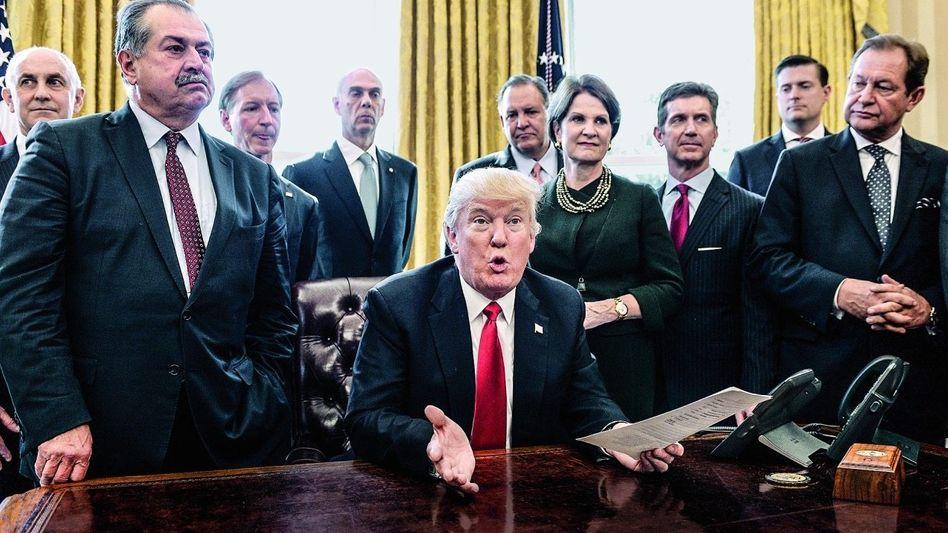 """""""SEIN HAAR WAR WEISS WIE WOLLE"""" Autor Rickards zitiert gern die Johannes-Offenbarung. Trumps Wahlsieg sieht er als weiteren Schlag gegen die alte Weltordnung."""