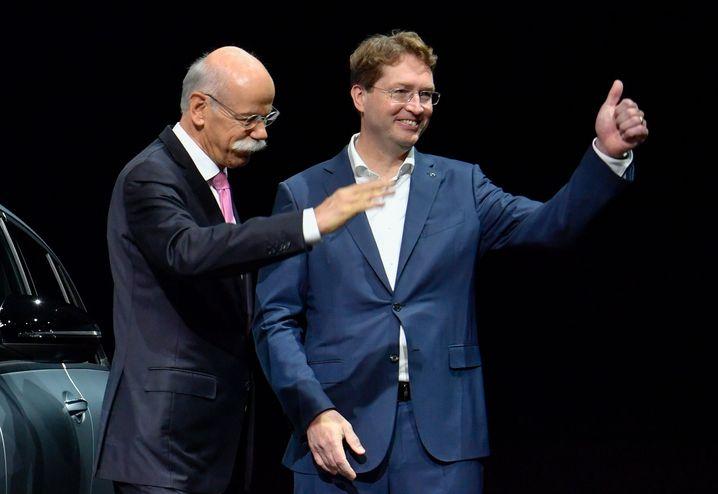 Zwei Daimler-CEOs: der alte (mit Krawatte, mit Schnauzer), der neue (ohne).