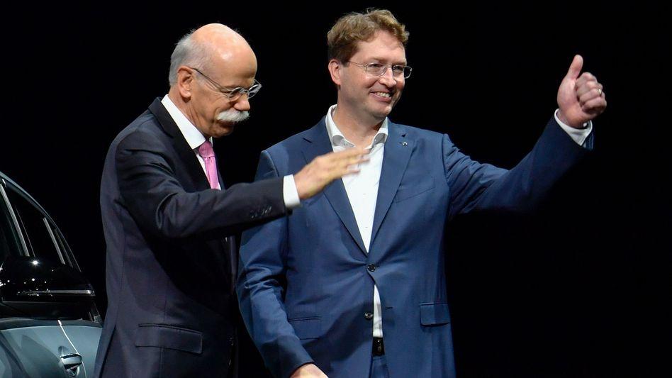 Abgang und Anfang: Dieter Zetsche (links) übergibt die Amtsgeschäfte an den neuen Daimler-Chef Ola Källenius (r)
