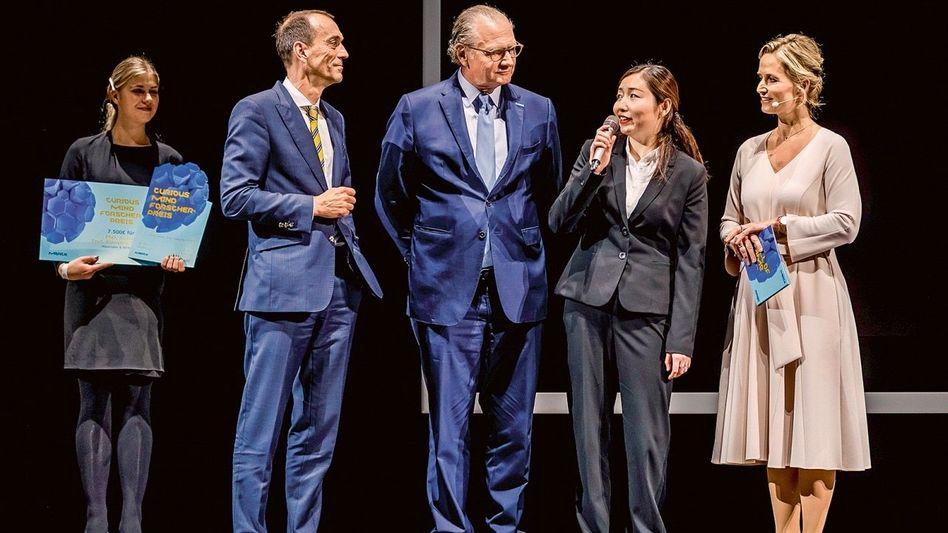 Martin Noé, manager magazin, Merck-Chef Stefan Oschmann, Preisträgerin Xiaoying Zhuang und Moderatorin Corinna Lampadius
