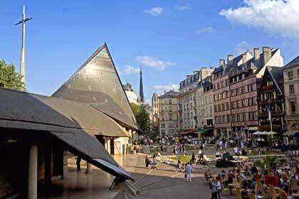 Wie in Flammen: Die Jeanne d'Arc-Kirche in Rouen erinnert an die französische Nationalheldin