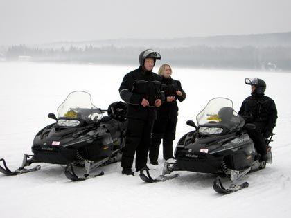 Vermummt: Die Skidoos (Motorschlitten) können locker mit 100 Stundenkilometern durch den Schnee pflügen