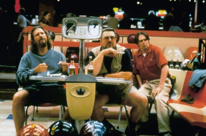 Bequeme Bowling-Fans: Die Kugeln holen sich Lebowski und seine Freunde nicht selbst - die bringt die Maschine