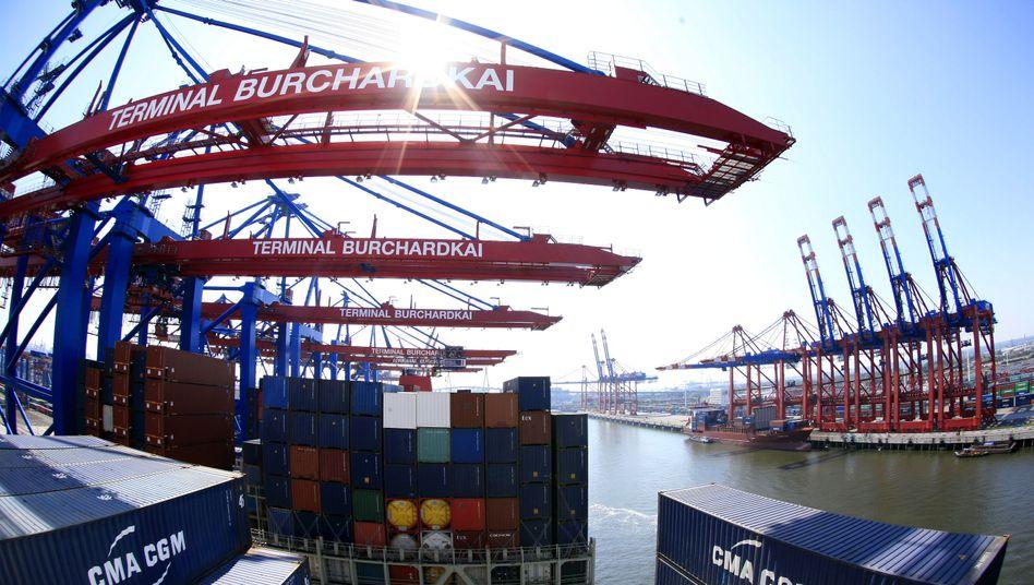 Containerhafen in Hamburg: Trotz der flauen Weltkonjunktur erwarten die Ökonomen für 2013 ein Wirtschaftswachstum von 2 Prozent
