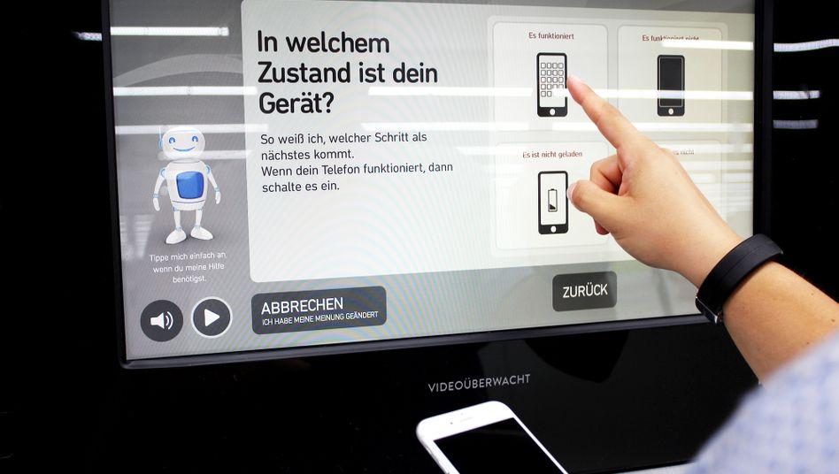 Bequem entsorgt: Der Automat nimmt das alte Smartphone an und gibt einen Gutschein dafür heraus.