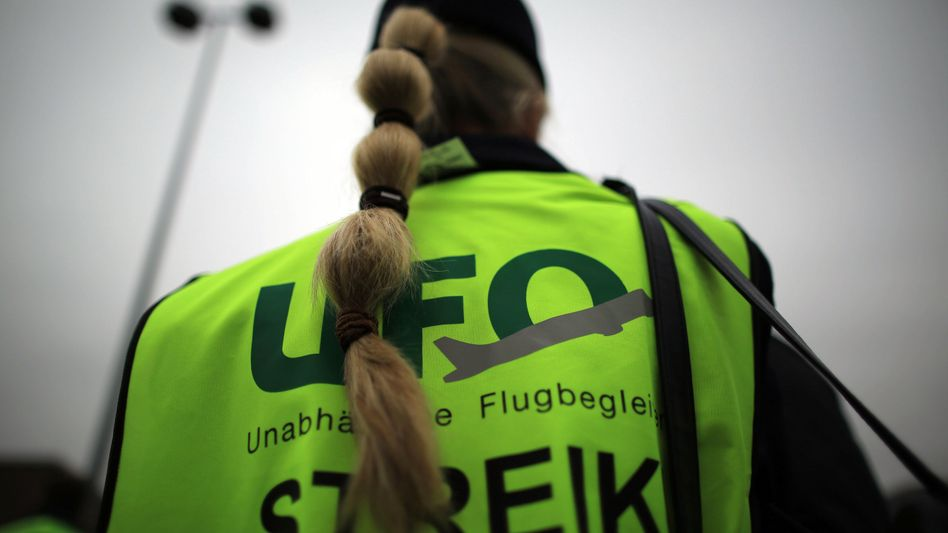 Die Spartengewerkschaft Ufo sieht sich als Vertretung der Flugbegleiter. Dass die Lufthansa nun mit Verdi über einen Tarifvertrag spricht, sieht Ufo als Affront und droht mit weiteren Streiks