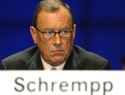 """Jürgen E. Schrempp scheidender Vorstandsvorsitzender DaimlerChrysler Gesamtbezüge 2004: 5,9 Mio. Euro (Dax-Durchschnitt: 3,6 Mio. Euro) Eigenkapitalrendite nach Eigenkapitalkosten: -0,8 % (Dax: +3,8%) Wertschöpfung nach Eigenkapitalkosten: -8,5% (Dax: -1,6%) Gesamtbezüge-Platzierung im Dax-Vergleich: Rang 2 """"Pay for Performance""""-Platzierung im Dax-Vergleich: Rang 25"""