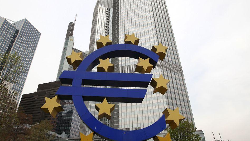 EZB-Tower in Frankfurt: Nach der überraschenden Zinssenkung schraubte die Zentralbank auch ihre Wachstumsprognose für die Euro-Zone für 2014 und 2015 nach unten - und zwar deutlich