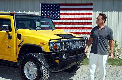 Ein Mann und sein Auto: Arnie mit Spielzeug