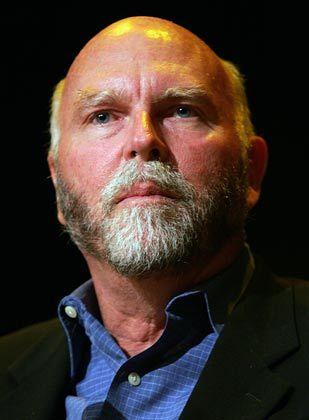 Beruflich: Craig Venter, 1946 in Utah geboren, ging nach dem Medizinstudium in die Grundlagenforschung. In den vergangenen Jahren entzifferte er unter anderem das menschliche Genom. Das Forschungsinstitut seines Namens baute er mit Geldern aus dem Aktienerlös seiner früheren Firma Celera auf. Privat: Nach zwei Scheidungen lebt Venter mit seiner Pressereferentin in Maryland. Er hat einen 30-jährigen Sohn.