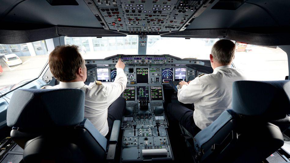 Einigung: Piloten des Lufthansa-Konzerns haben einen weiteren Abschluss mit dem Arbeitgeber erzielt, der sie vorerst vor betriebsbedingter Kündigung schützt.