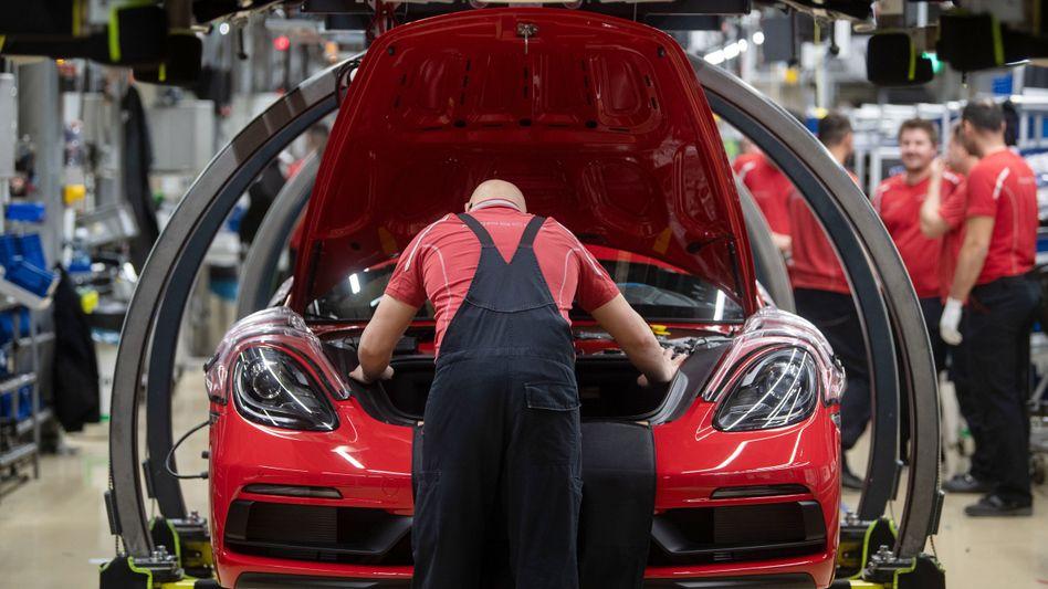 Porsche-Produktion in Stuttgart: In der Autoindustrie steigen die Auftragseingänge und Bestellungen um 8,5 Prozent.