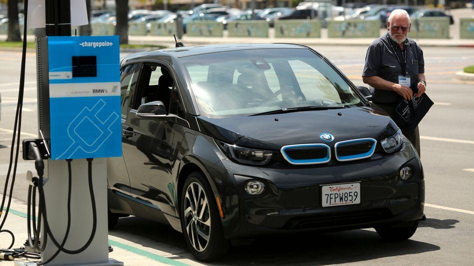 BMW i3 in Kalifornien: BMW verzeichnete im März ebenso wie VW ein zweistelliges Minus. Bei Daimler gingen die Verkäufe um 3 Prozent zurück