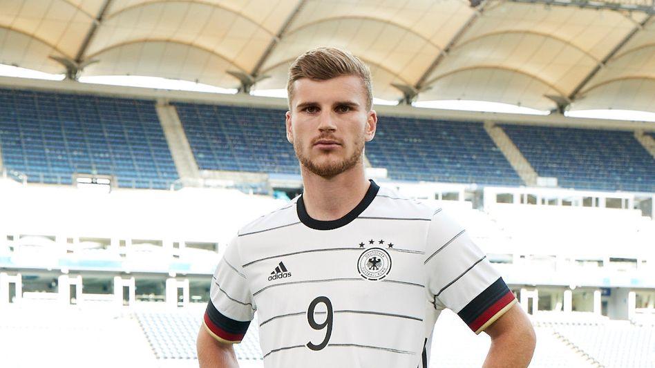 Timo Werner trägt das neue Trikot der deutschen Fußball-Nationalmannschaft. Im Onlineshop hatte Hersteller Adidas einzelne Namen der Spieler vorübergehend falsch geschrieben.