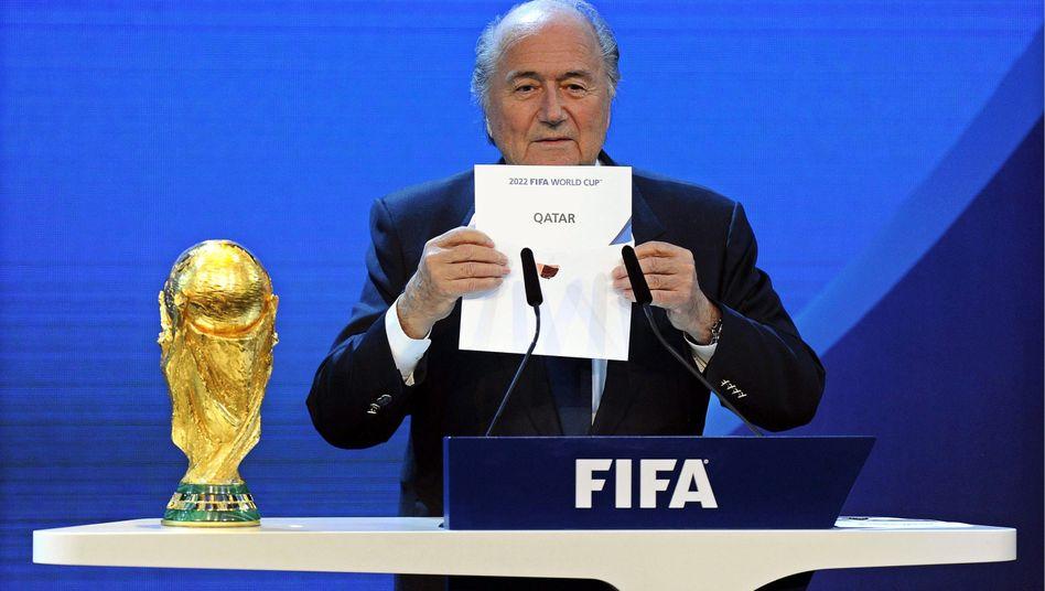 Fatale Entscheidung: Im Dezember 2010 verkündete Fifa-Präsident Blatter die Vergabe der WM 2022 nach Katar - nach Blatters Rücktritt könnte diese Entscheidung ins Wanken geraten