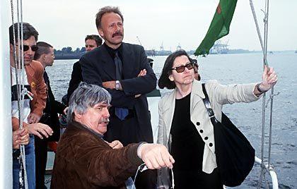 Prominenz an Bord: Deutschland-Chefin Brigitte Behrens mit Greenpeace-Veteran Harald Zindler (vorn) und Bundesumweltminister Jürgen Trittin