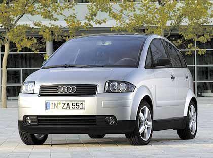 Audi A2: Seine großen Brüder eilten in den vergangenen Jahren von Erfolg zu Erfolg, doch Audis Alu-Zwerg geriet zum Flop. 2004 waren nur 11.600 hiesige Käufer (minus 25,7 Prozent) bereit, bis zu 19.000 Euro Basispreis für den A2 zu berappen. Zu wenig, Mitte des Jahres wird die Fertigung vorzeitig eingestellt.