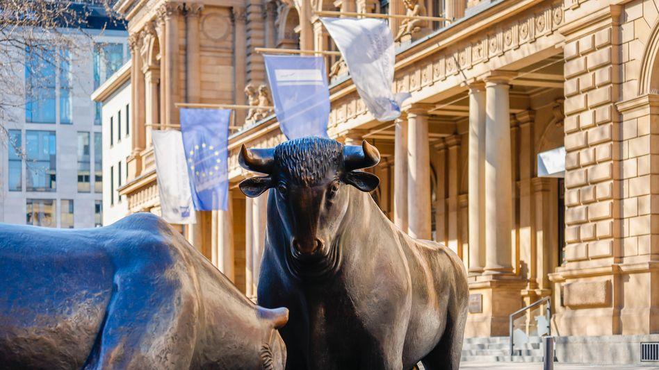Bulle und Bär vor der Deutschen Börse: Der Dax bleibt auf Rekordkurs