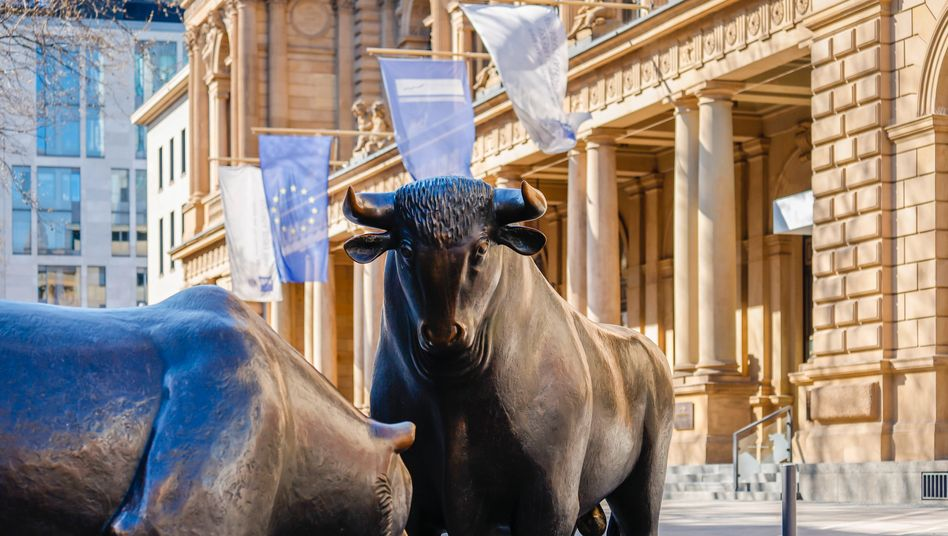 Bulle und Bär vor der Deutschen Börse: Knackt der Dax heute sein Rekordhoch?