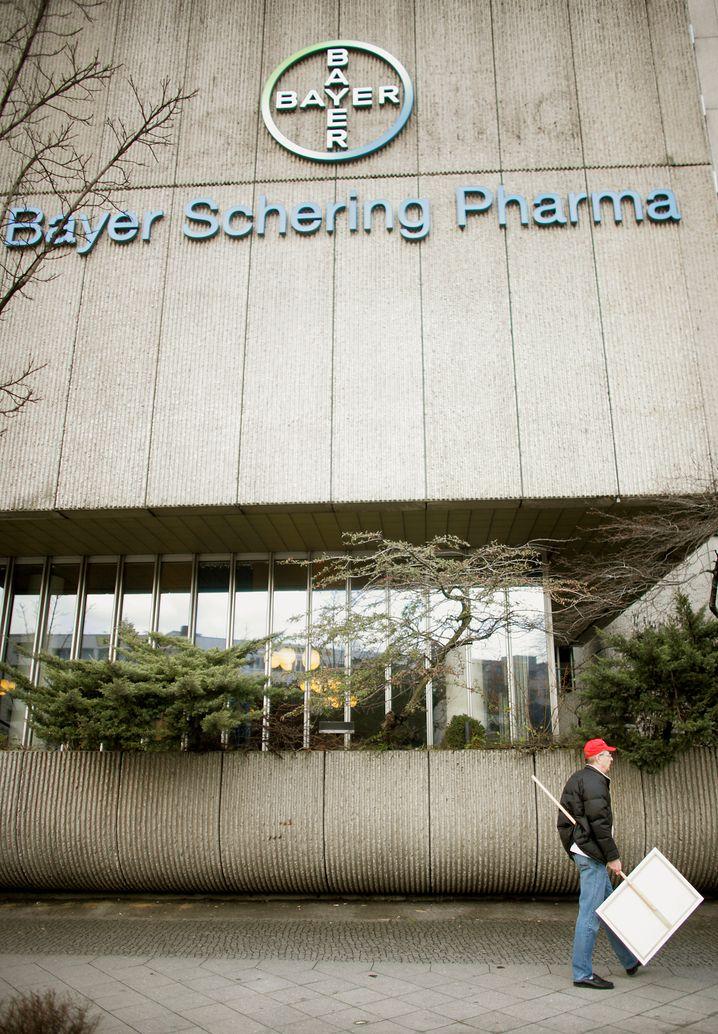 Am Ende einer echten Übernahmeschlacht: Bayer sticht Merck KGaA aus und fusioniert sein Pharmageschäft mit Schering.