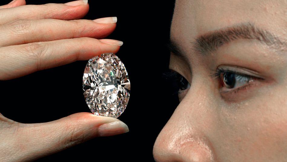 Gut 102 Karat schwer: Seltener weißer Diamant in Hongkong versteigert