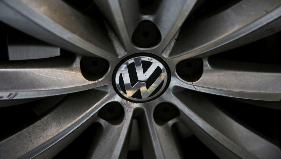 Volkswagen-Logo auf schmutziger Felge: Das Image des Autokonzerns ist wegen des Dieselskandals weiterhin angeschlagen.