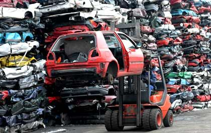 Wertvoller Schrott: Wer ein altes Auto abwrackt, erhält beim Neuwagenkauf 2500 Euro vom Staat