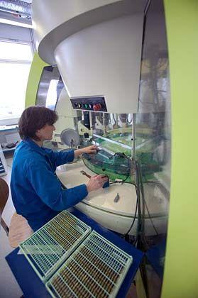 Fertigungstiefe: Die Bearbeitung von Platinen geschieht in der Manufaktur, die den Namen der Uhrmacherlegende Breguet (1747 - 1823) trägt und heute zur Swatch Group gehört, an futuristischen Bohr- und Fräsmaschinen.