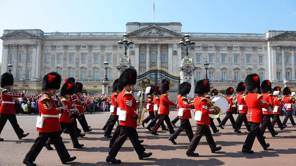 Wachwechsel: In roten Uniformen funktioniert das vor dem englischen Buckingham Palace auch nur deswegen, weil es immer wieder geübt wird