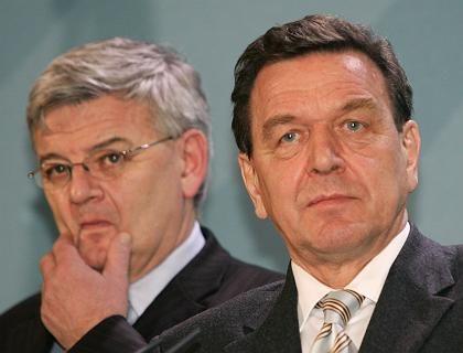 Bundeskanzler Gerhard Schröder (r.), Vizekanzler Joschka Fischer (l.): Opposition in die Pflicht genommen