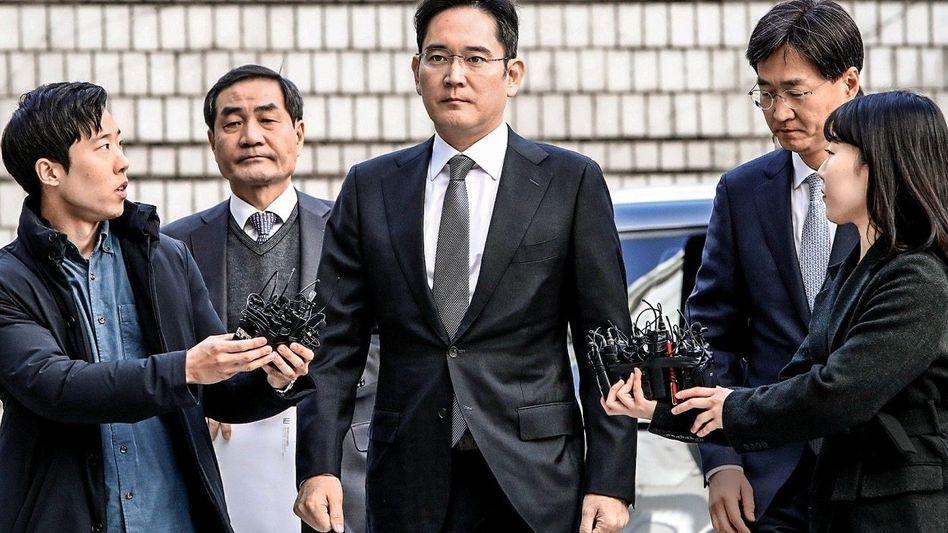 ÜBERMACHT Lee Jae Yong aus dem Samsung-Clan wurde in Seoul wegen Korruption verurteilt