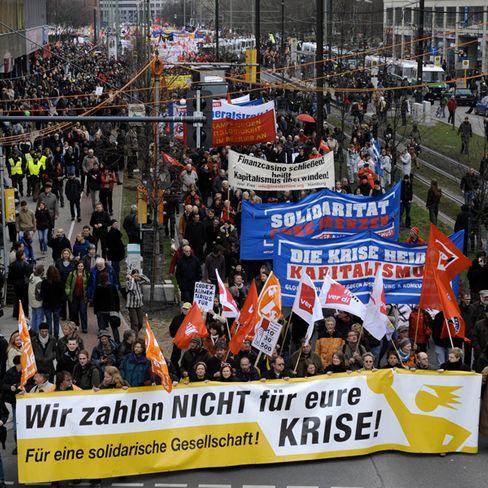 Ärger über Milliardenhilfen: In Berlin gingen rund 15.000 Menschen auf die Straße, in Frankfurt protestierten 14.000 Teilnehmer