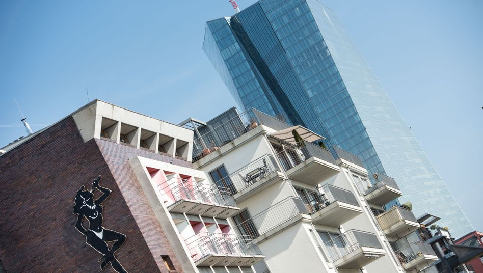Niedrigzinsen machen Investitionen in Häuser attraktiv: Neubauten zum Wohnen in Frankfurt am Main vor dem Neubau der EZB