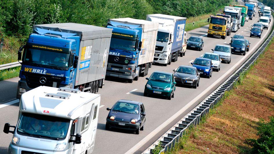 Zur Kasse bitte: Lkw müssen künftig auch auf vierspurigen Bundesstraßen für die Nutzung zahlen