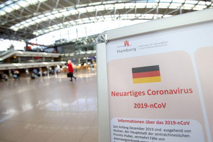 Warnung und Aufklärung am Hamburger Flughafen: In Deutschland haben sich bis Dienstagnachmittag nach Angaben des Robert Koch Instituts rund 200 Menschen mit dem Coronavirus infiziert