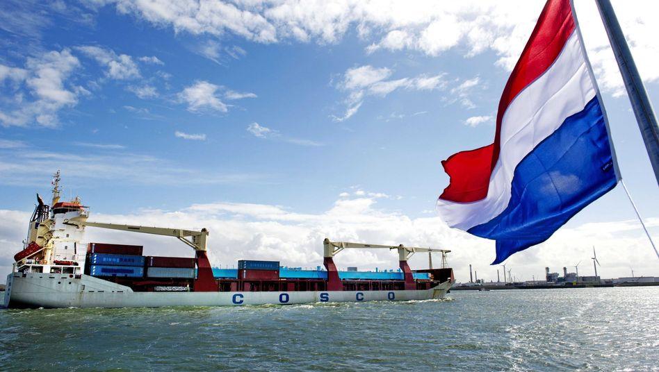 Containerschiff Yong Sheng vor Rotterdam: Russland will viel Geld investieren, um noch mehr Schiffen die Fahrt über die Nordost-Passage zu ermöglichen