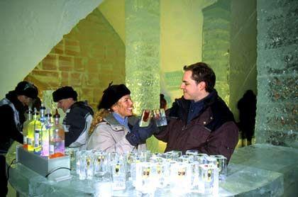 """Kühle Atmosphäre: Beim Drink an der Bar des """"Hôtel de Glace"""" in Québec sind selbst die Gläser aus Eis"""
