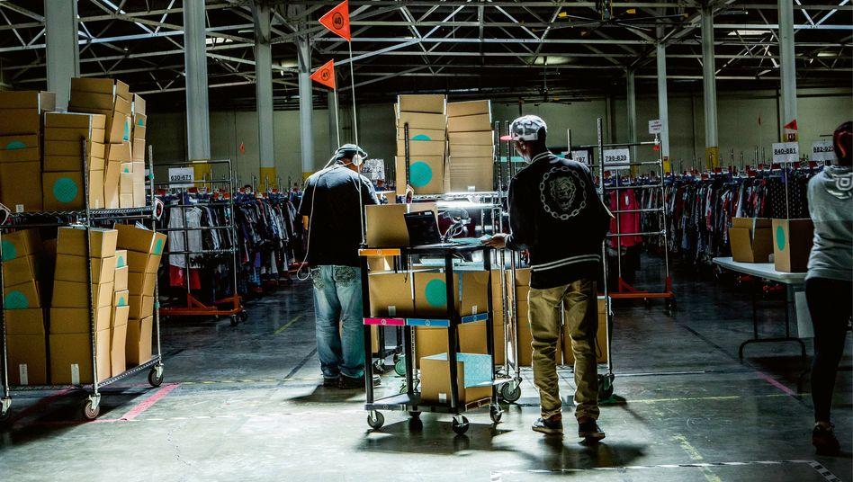 Kiste statt Kaufhaus:Ein Lager von Stitch Fix. Das US-Unternehmen versendet Kleidung im Abo. 2017 ging es an die Börse, mit einem Wert von 1,6 Milliarden US-Dollar.