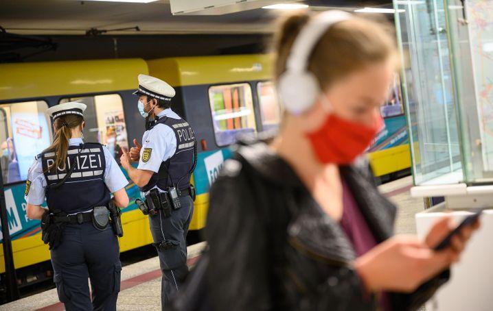 Im Nahverkehr inzwischen Pflicht, im Fernverkehr steht die Entscheidung über das Tragen von einer Atemschutzmaske noch aus
