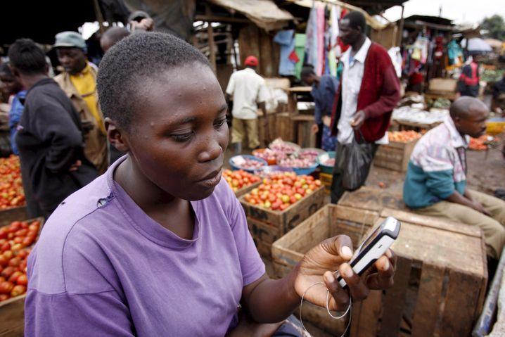 Handy-Nutzerin in Kenia: Mobil statt am Desktop online