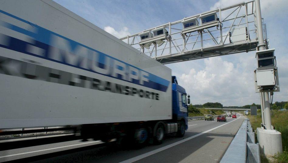 Mautstelle für Lkw: Die Lkw-Maut startete 2005 mit erheblicher Verspätung, seitdem streiten Bund, Daimler und Telekom um Milliarden Euro