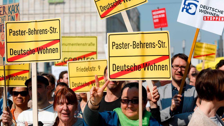 Demonstranten am vergangenen Wochenende in Berlin: Enteignungen von Immobilienunternehmen würden das Wohnungsproblem nicht lösen.