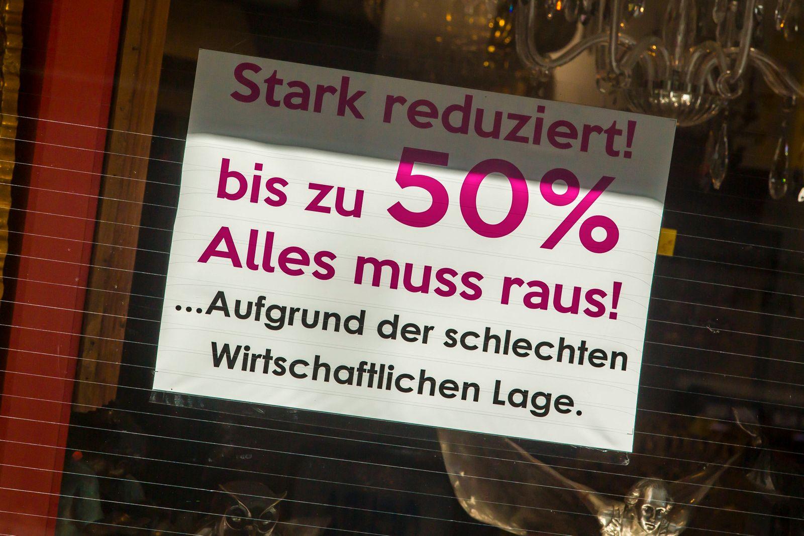 Nur wenige Menschen sind während der Coronapandemie im April 2021 in der Kölner Innenstadt zum Einkaufen unterwegs. Vie